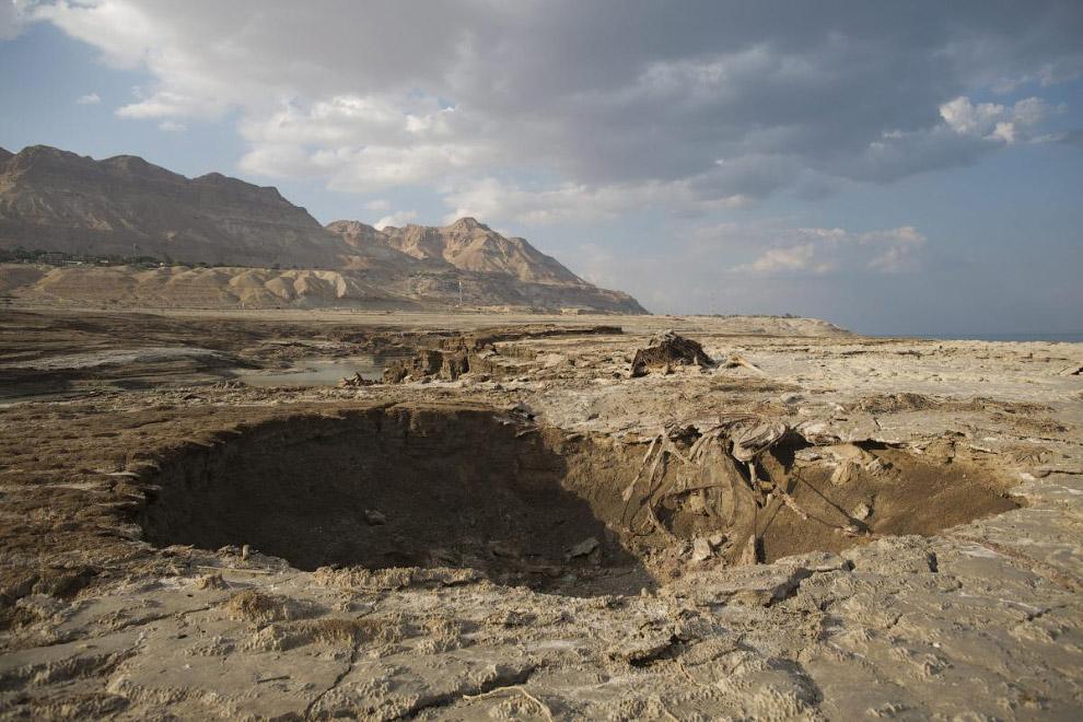 Выделяют 3 причины экологической катастрофы:  хозяйственное использование вод, ранее впадавш