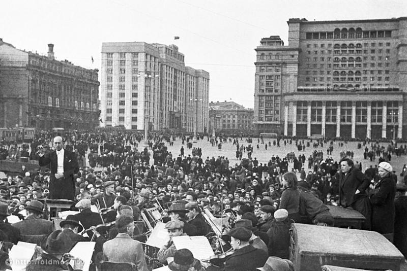 3. Фото 1945 г. В 1967 году площадь переименовали в площадь 50-летия Октября. На площади был установ