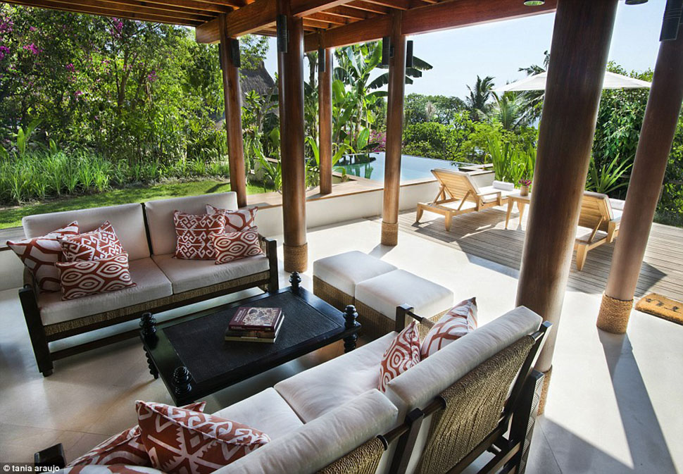 Kanatar Sumba House — одна из вилл курорта, в которой есть отдельный бассейн, площадка для загара и