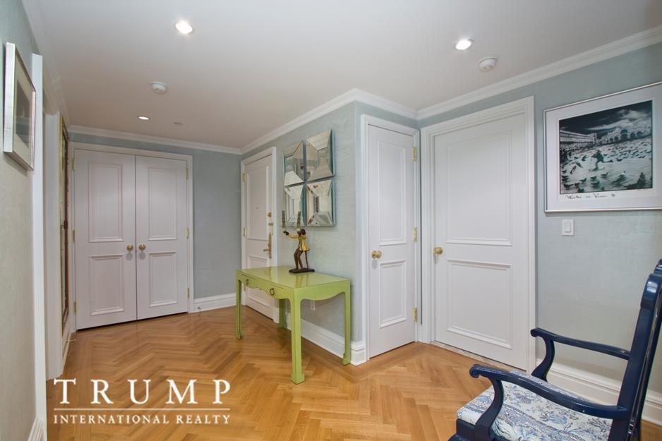 А общая площадь квартиры — около 500 квадратных метров.