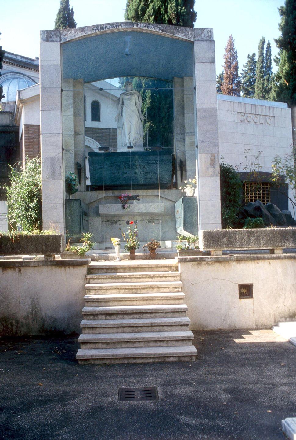 Могила Кларетты Петаччи на кладбище Верано в Риме. MIMMO CHIANURA/REX/Shutterstock Любовников отвезл