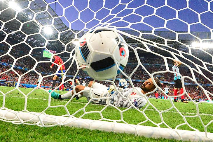 1. Гений футбола — Криштиану Роналду. Он стал первым в истории игроком, забивавшим на четырех Е