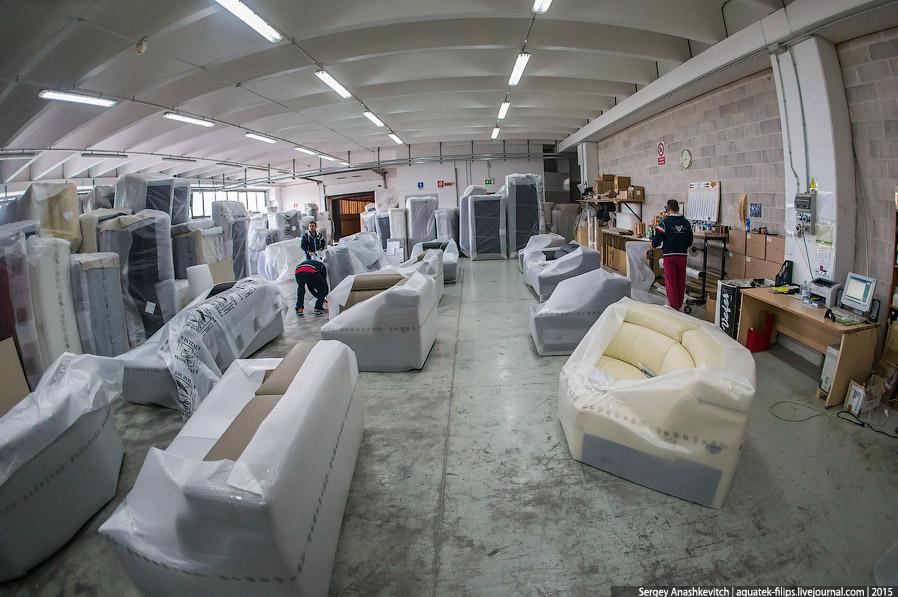 28. Шоу-рум готовых изделий на фабрике CuboRosso. Новенькие диваны ждут своих новых владельцев.