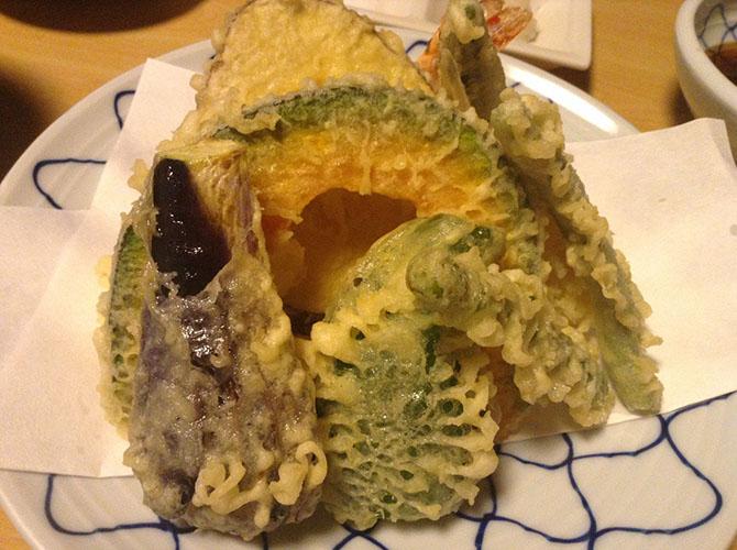 9. Тэмпура Хотя это блюдо и считается своего рода фастфудом, готовят его мастера с сорокалетним стаж