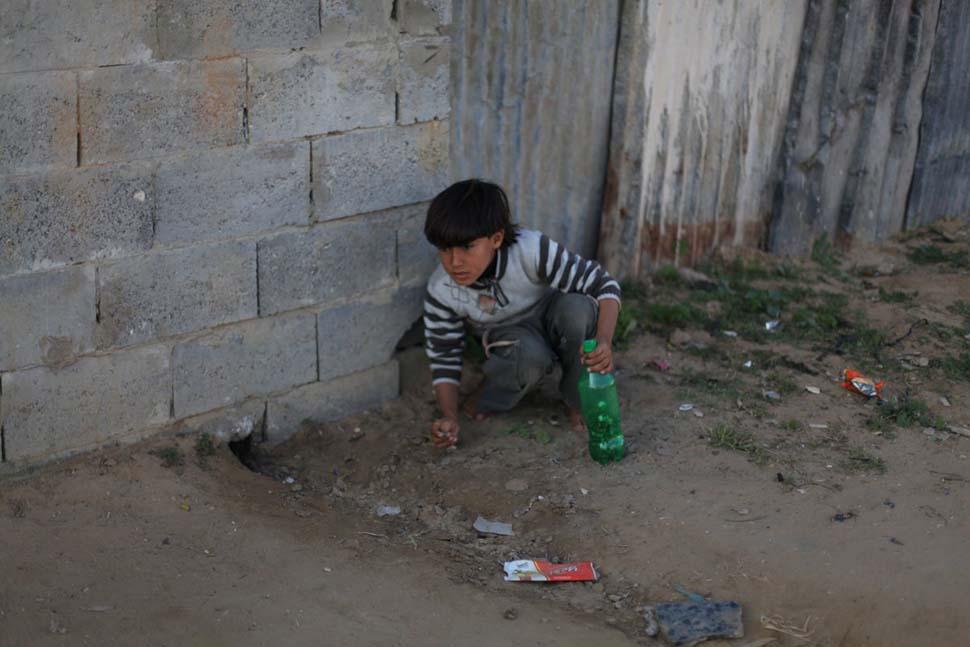 Палестина, семейный доход — 112 долларов на взрослого в месяц. Любимая игрушка — пластиковая бутылка