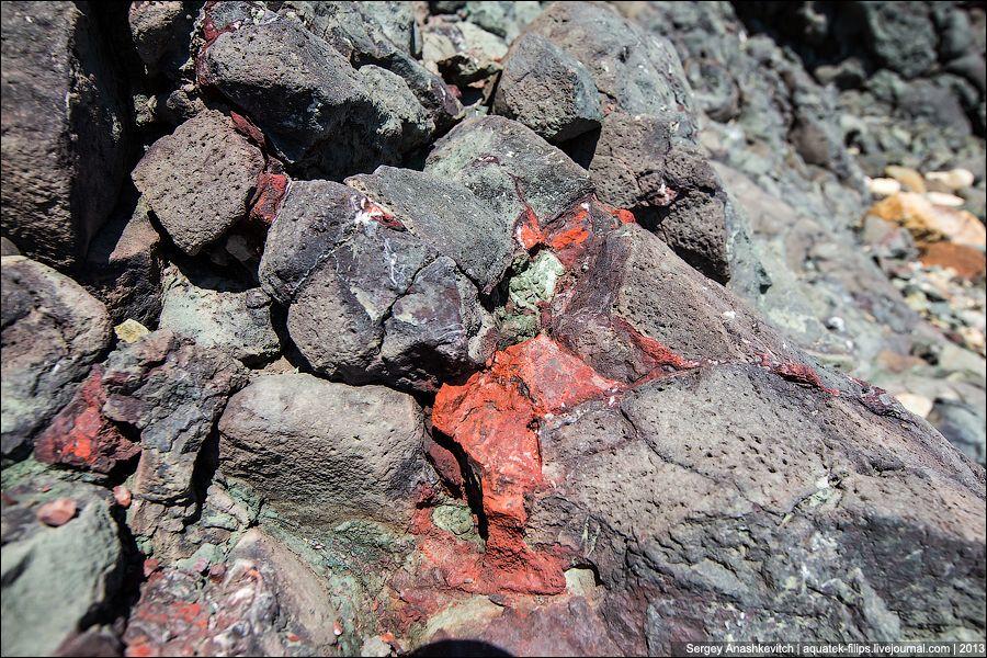 Потоки лавы и пласты туфов мыса Фиолент протягиваются в береговом обрыве примерно на 6 – 6,5 к