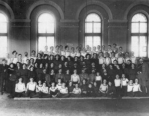 Группа членов общества в здании манежа