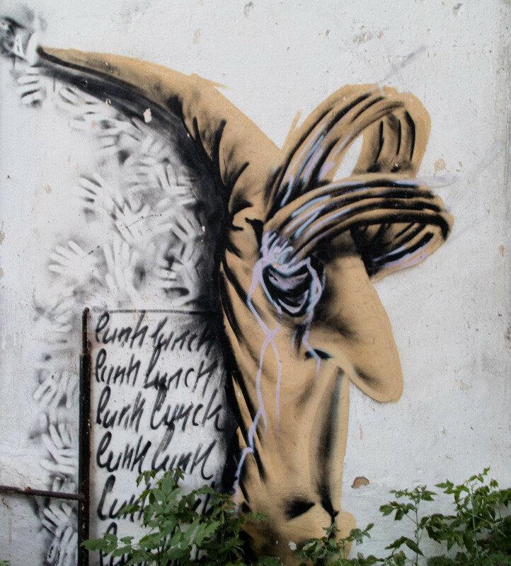 психоделический рисунок на стене здания
