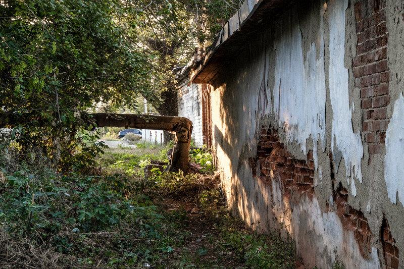 проход между обшарпанными стенами домов