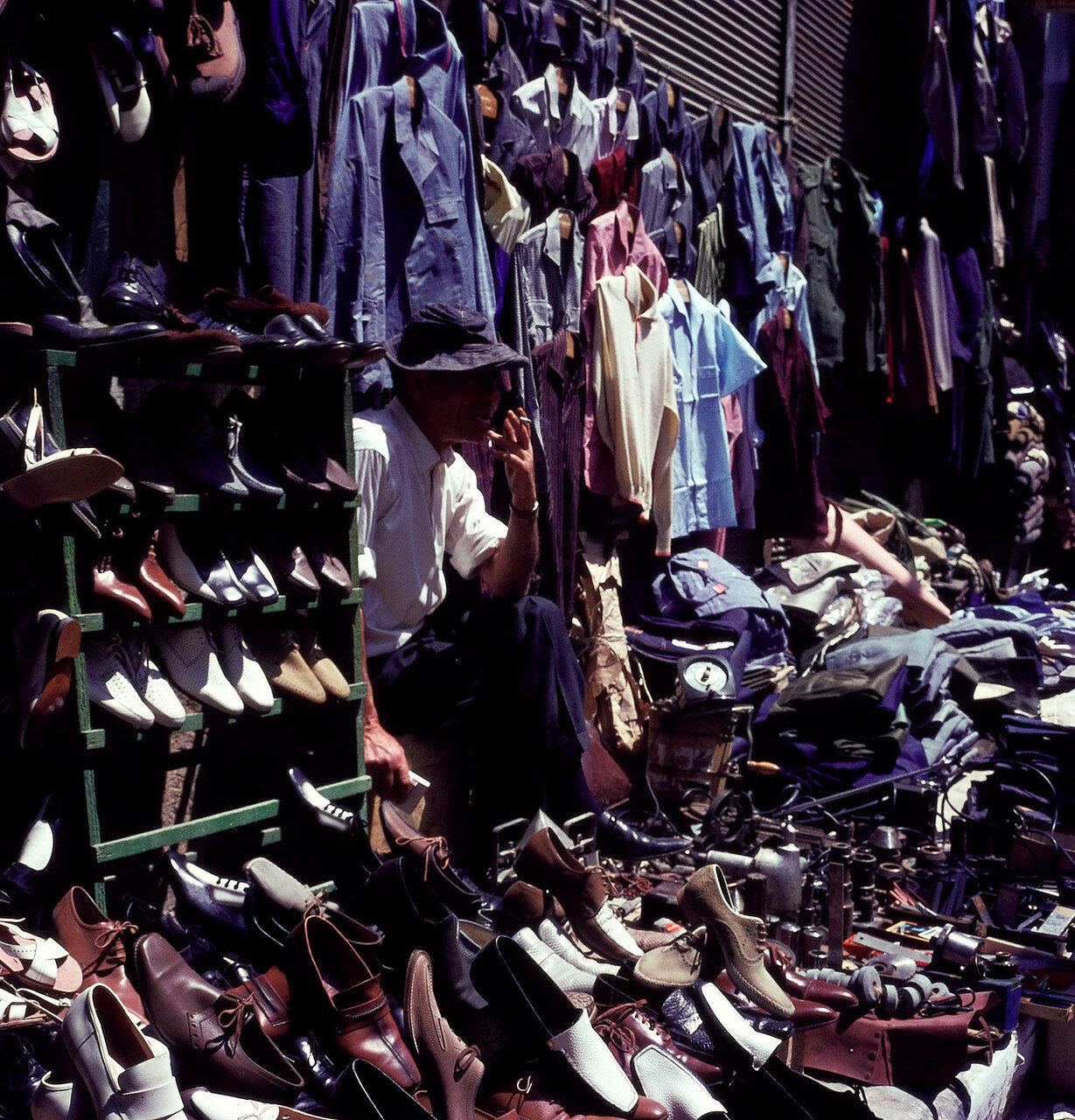 Στην εμπορική οδό.  μαγαζί υποδημάτων