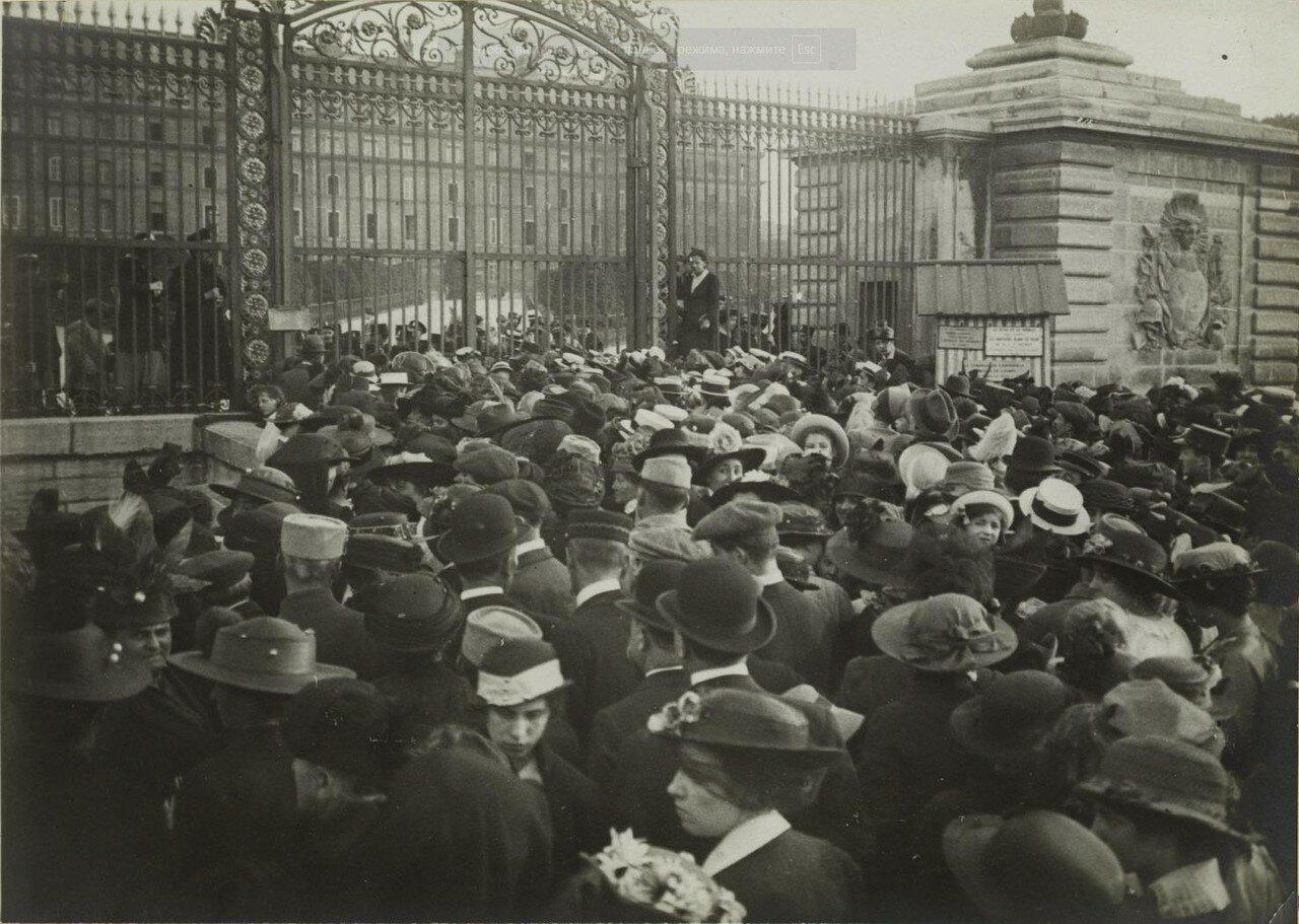 Толпа у ворот