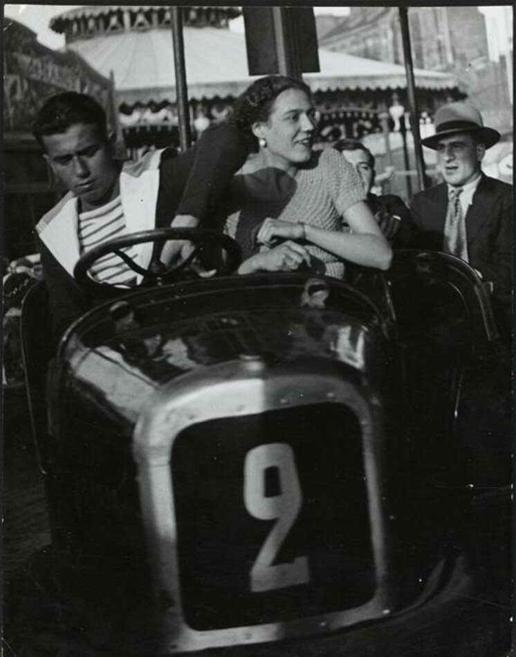 1932. Пара на выставке