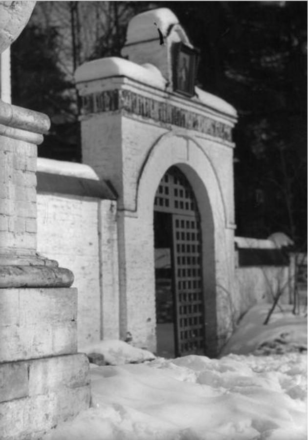 Лукино (Переделкино). Каменные ворота Спасо-Преображенской церкви