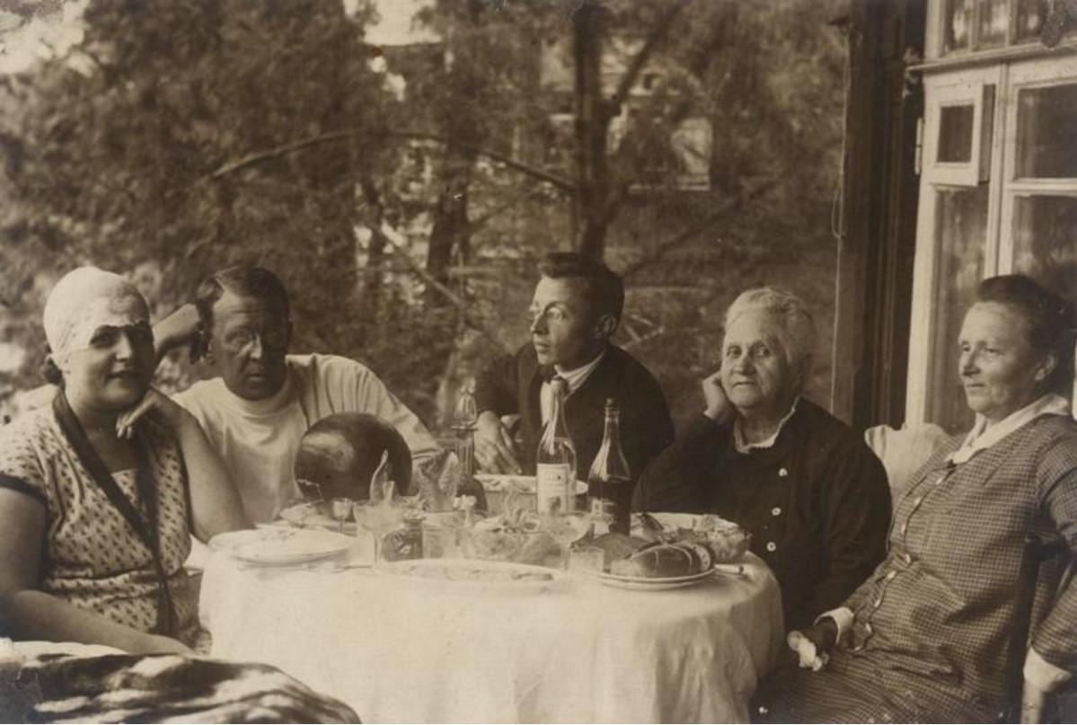 1928. Застолье