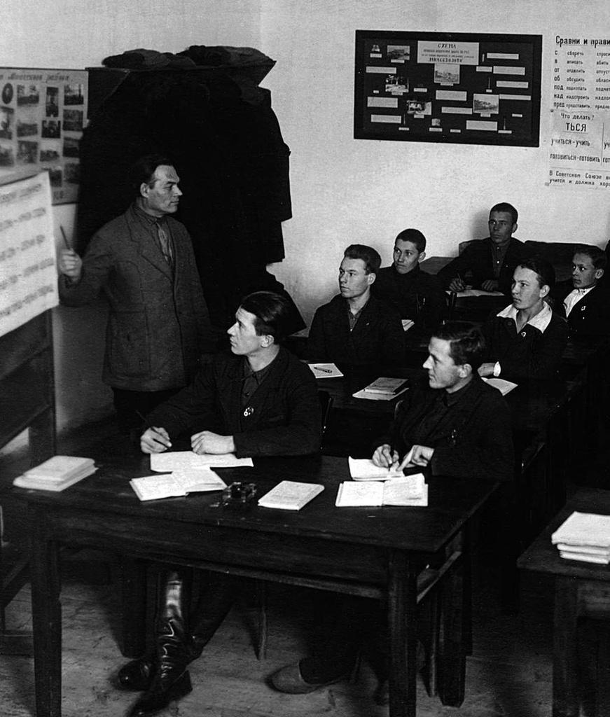 Миасс. Школа для взрослых. На уроке русского языка. 1930-е.