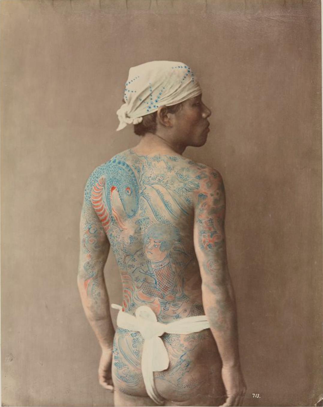 Мужчина в татуировках
