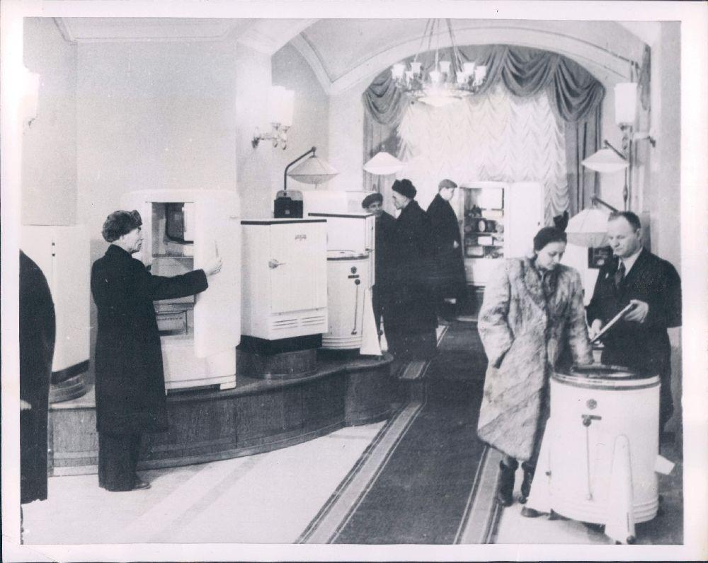 1954. Москва. Холодильники и стиральные машины теперь доступны населению столицы.jpg