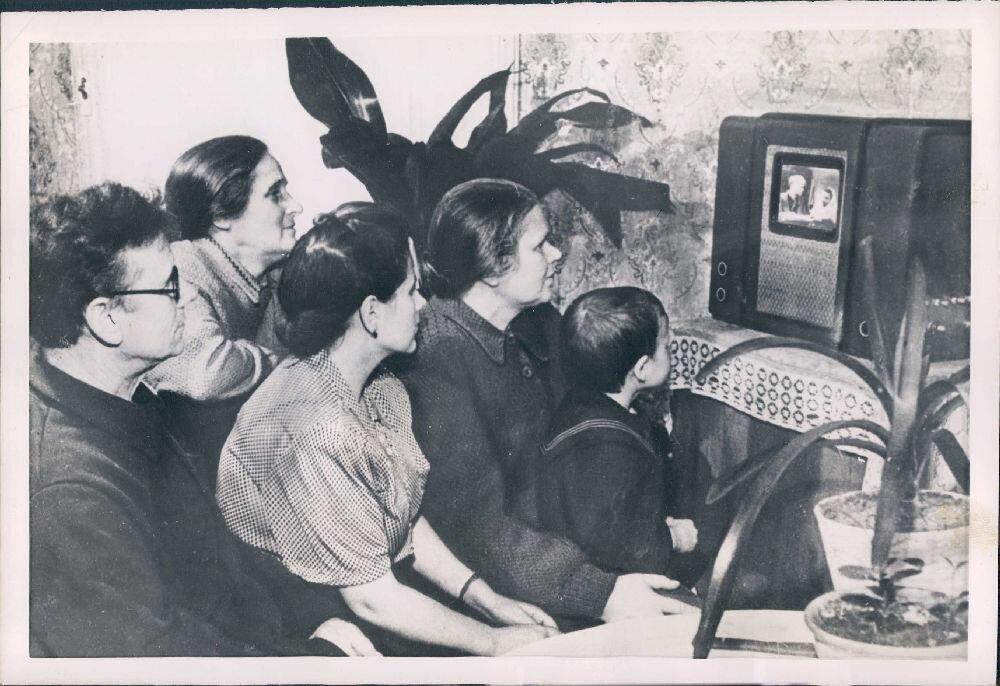 1954. Россия. Семья колхозников возле телевизора.jpg
