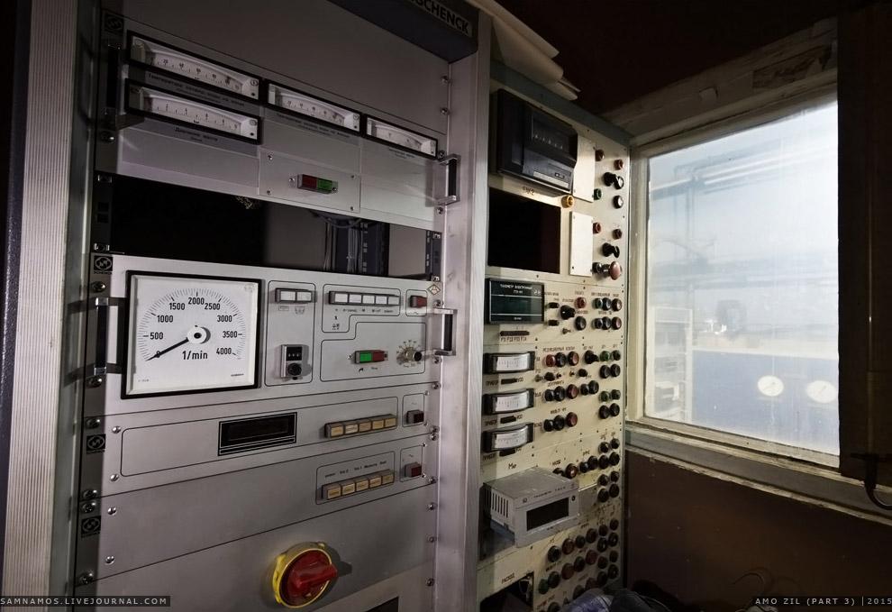 24. В комнате управления стоят старенькие компы. Раньше такое оборудование стоило очень больших