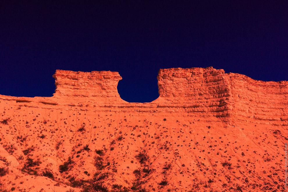 20. Над горизонтом ненадолго показалось второе солнце, менее яркое, и столь же быстро исчезло.