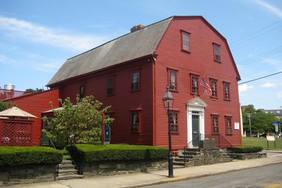 Ресторан White Horse Tavern в Ньюпорте, штат Род-Айленд, основан в 1673 году.