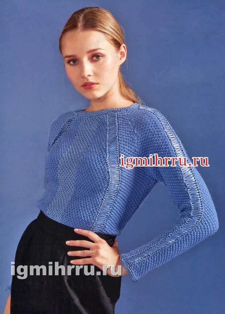 Светло-синий пуловер со сквозным узором. Вязание спицами