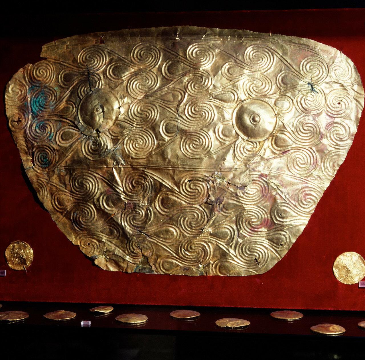 Золотой нагрудник с орнаментом в виде спиралей. Микены, из могилы V.