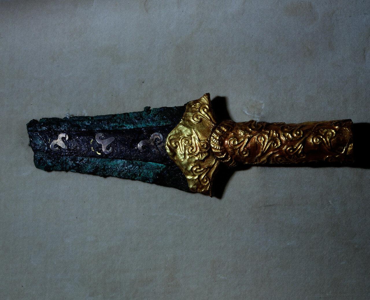 Бронзовый кинжал с золотой рукоятью. Микены, из могилы V.