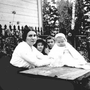 А. Н. Авдонина с детьми