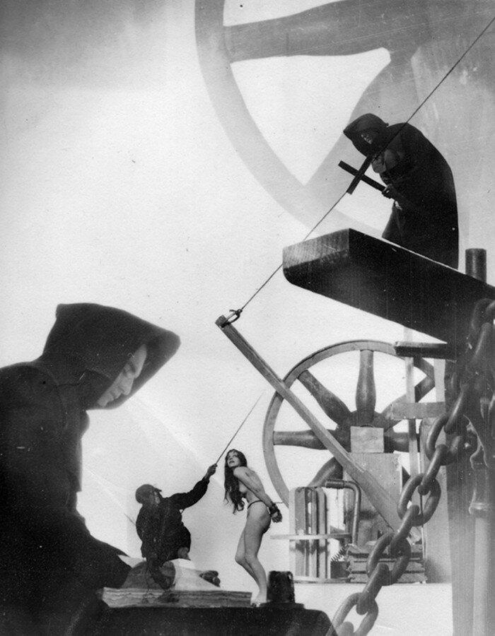 1926. «Иллюстрированный компендиум колдовства». Трибунал