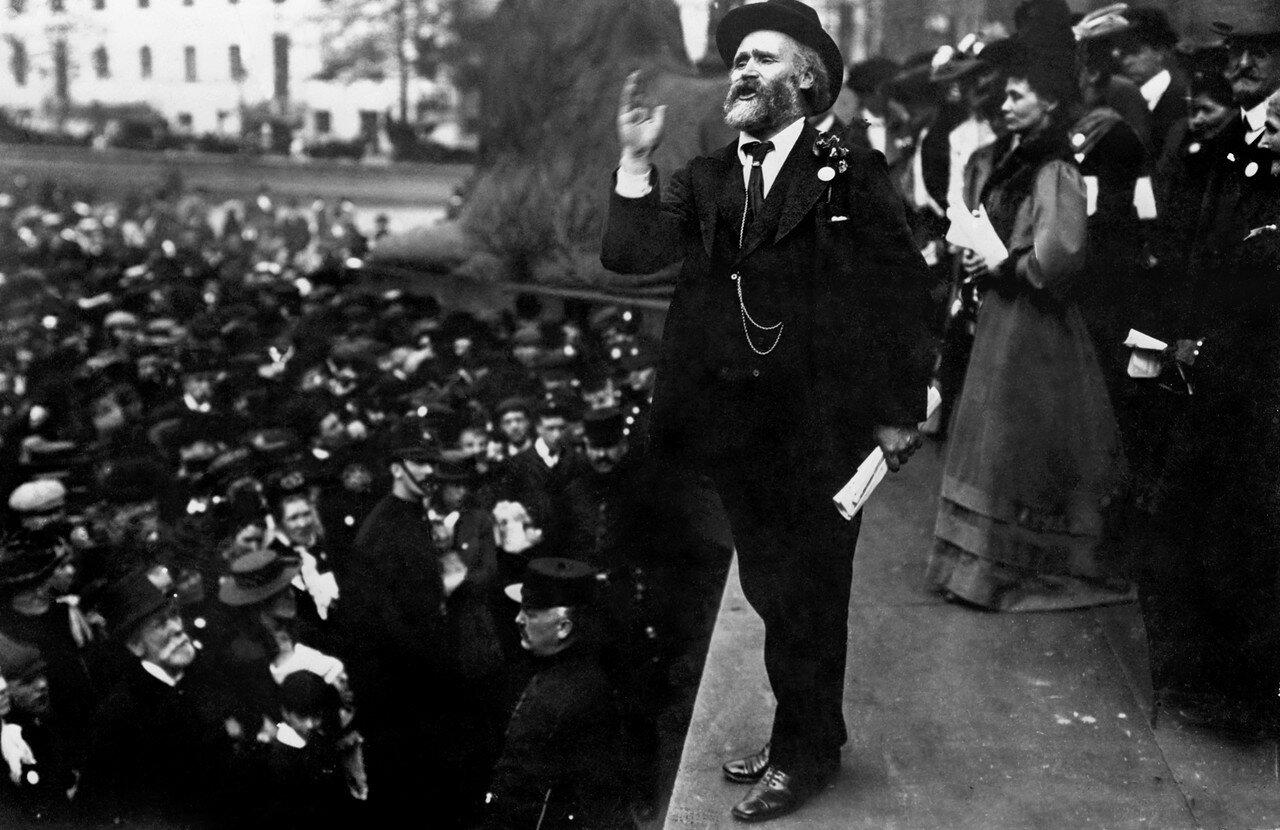 1908. Гарди Джеймс Кейр, один из основателей Лейбористской партии Великобритании, выступает на Трафальгарской площади в в поддержку женского избирательного права