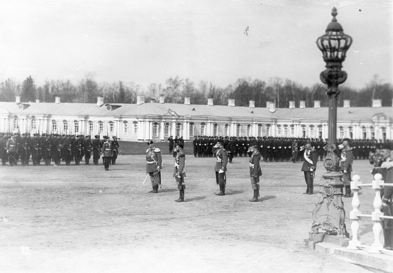 Император Николай II приветствует войска, выстроившиеся для парада