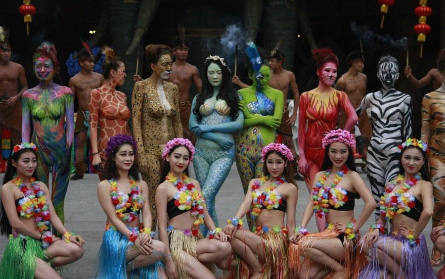 Разукрашенные китайские модели призывают защищать животных