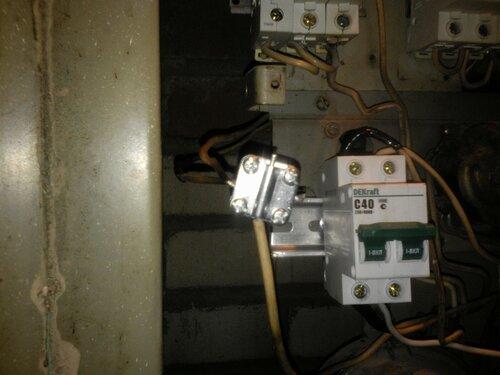 Срочный вызов электрика аварийной службы в квартиру из-за подгорания нулевой скрутки в этажном щите