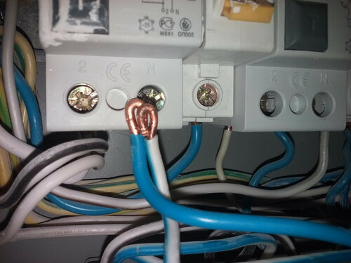 Срочный вызов электрика аварийной службы после отключения электроснабжения из-за проблемных соединений в квартирном электрощите