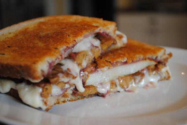 Поджариваем любимые тосты дохрустящей корочки имежду ними укладываем слоями бекон, сыр, нарезанную