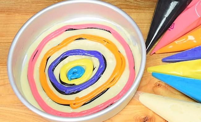 Покройте каждый черный круг цветным тестом (поодному цвету накруг)— так, чтобы цветного было боль