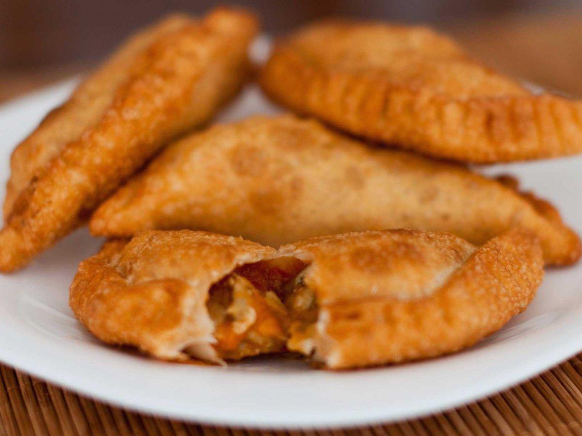 3. «Эмпанада» переводится с испанского как «завернутый в хлеб»; подходящее название для этих жареных