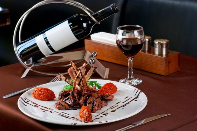 Вино значительно обогатит вкус иаромат пищи, особенно рагу, тушеных блюд иблюд измяса. Поскольку