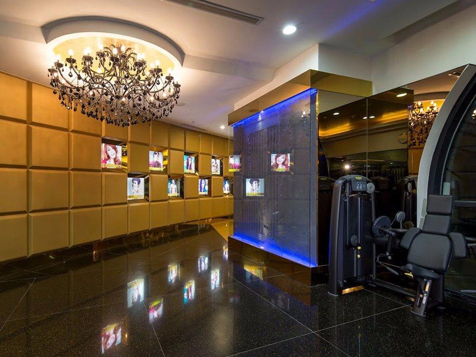 Внутри клубов — специально разработанные люстры с черными кристаллами и каменные полы, изготовленные