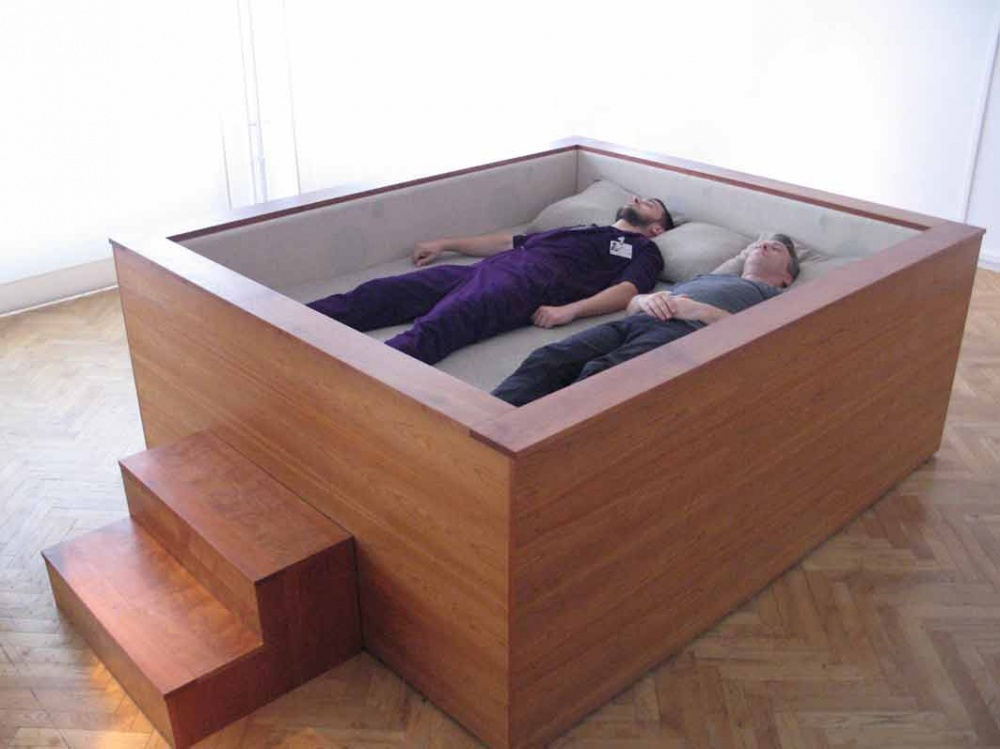 Страх вывалиться изкровати сподвиг дизайнера создать кровать ввиде коробки. Полоски