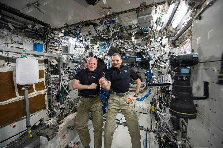 Американский астронавт НАСА Скотт Келли и его напарник, российский космонавт Михаил Корниенко.