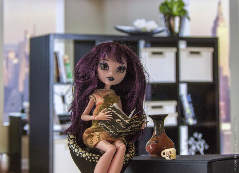 Кукла с книгой