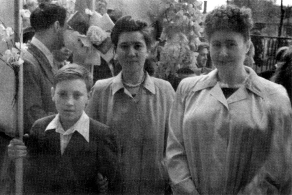 1950. Володя Высоцкий на первомайской демонстрации