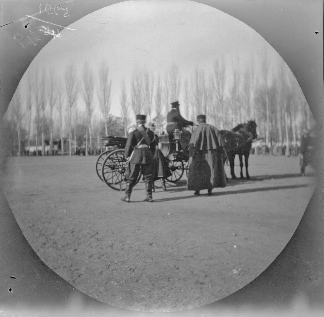 8 декабря. Ташкент. Генерал-губернатор Туркестана входит в свой экипаж на плацу перед собором