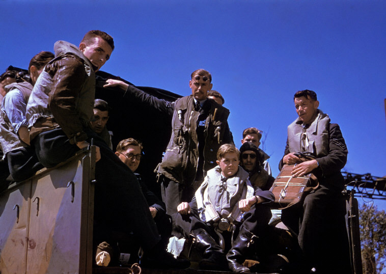 Wonderful Colour Photographs of World War II by Robert Capa (47).jpg