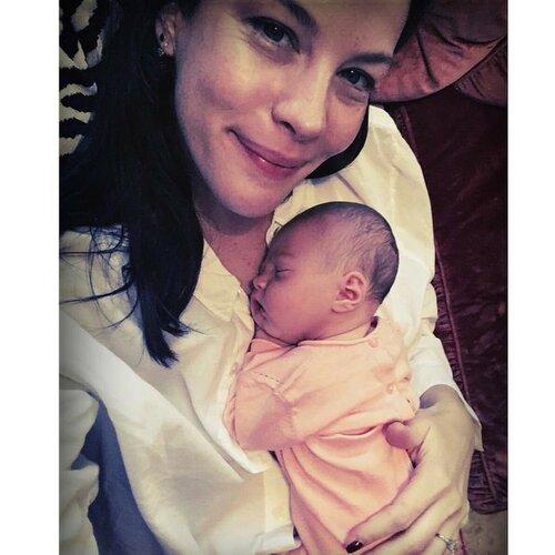 Лив Тайлер поделилась фотографией своей новорожденной дочери