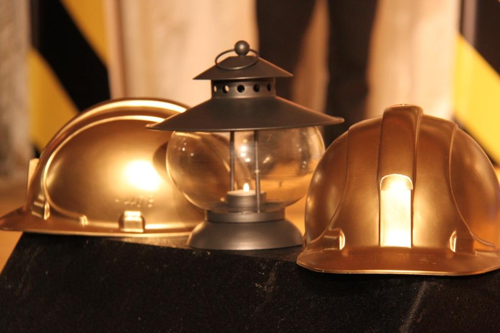 С днем шахтера! Открытка с касками шахтеров и фонарем.JPG