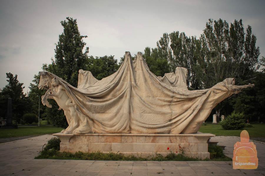Необычный памятник на кладбище