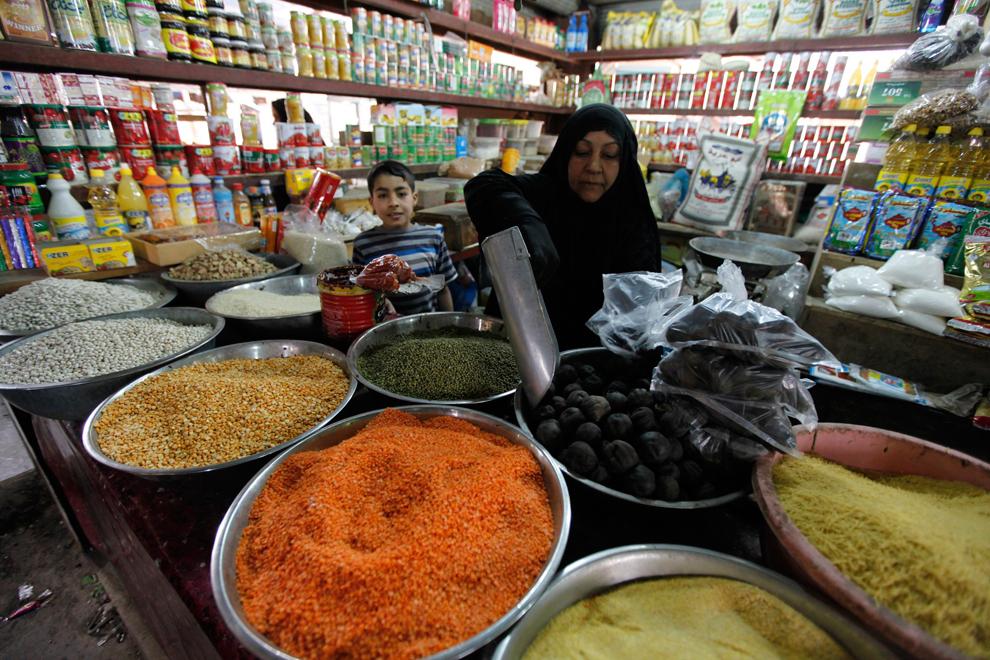 17. Женщина продает специи на рынке в Садре. (Mohammed Ameen/Reuters)